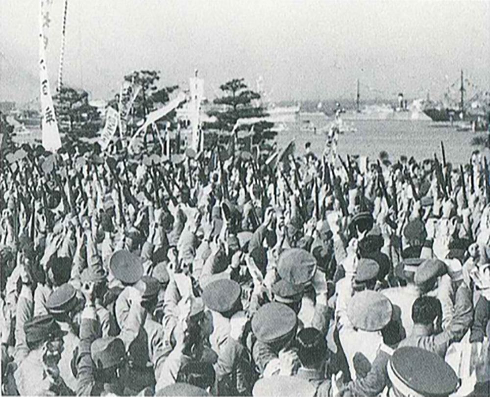 山下公園で紀元2600年を祝う人びと(横浜市史資料室所蔵)