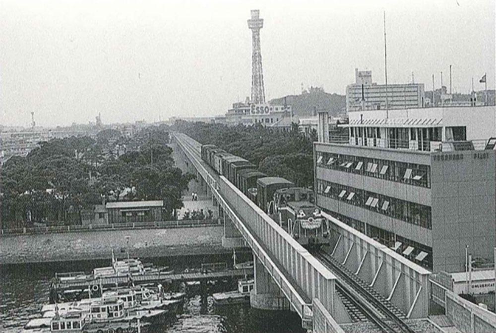 開通式当日の臨港鉄道(横浜都市発展記念館所蔵)