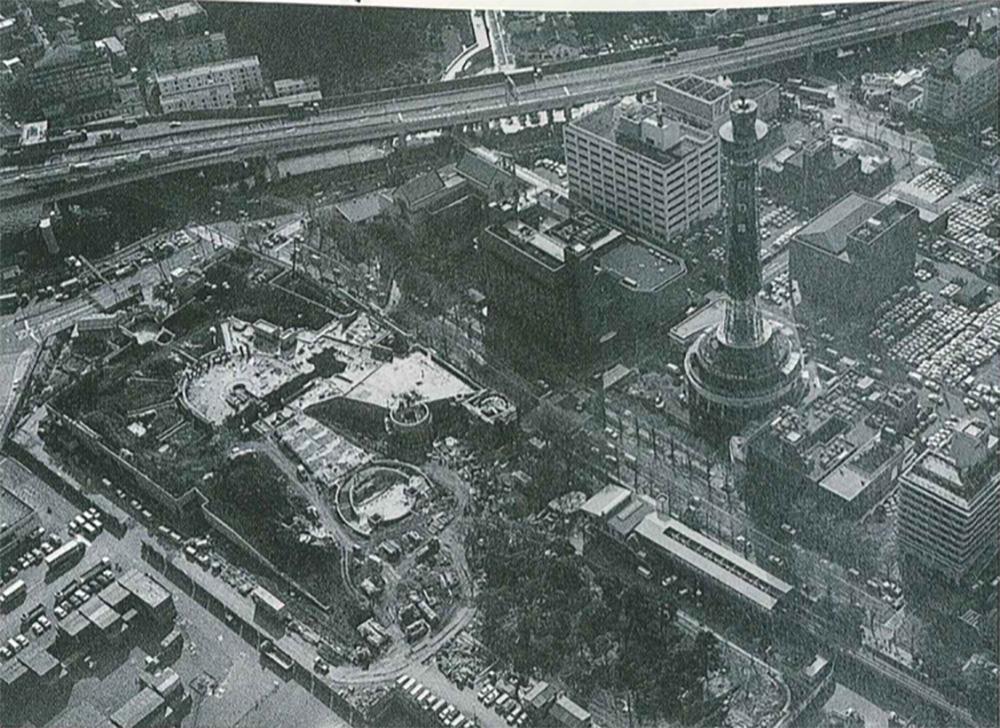 工事中の「せかいの広場」(神奈川新聞所蔵)